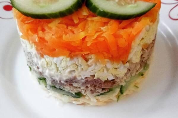 Салат с консервами и рисом