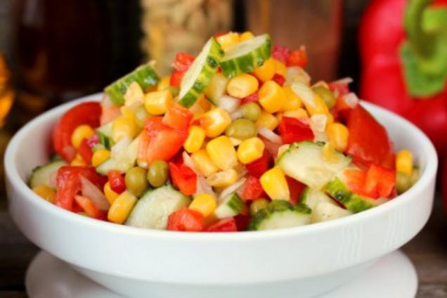 Салат с копченым филе и кукурузой