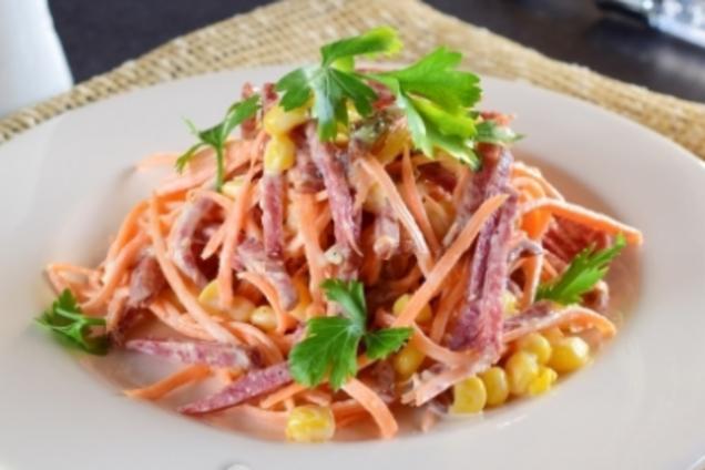 Салат с кукурузой и колбасой
