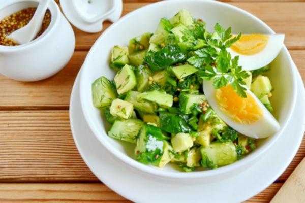 Салат с авокадо и яйцом