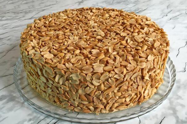 Бісквітний торт із горіхами