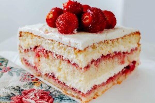 Бісквітний торт з полуницею