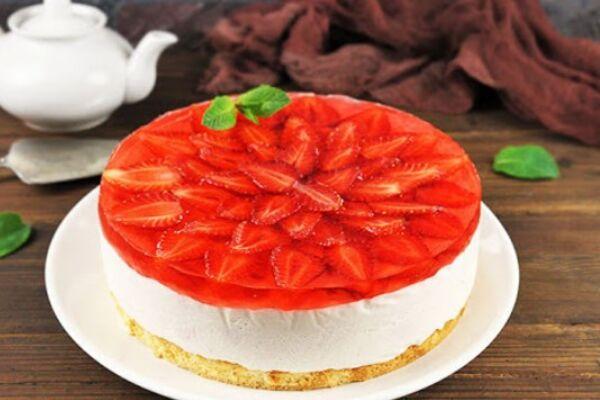 Мусовий торт з полуницею