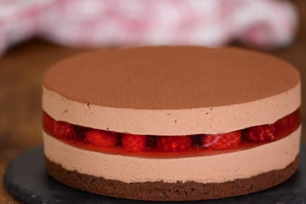 Шоколадний торт з малиною