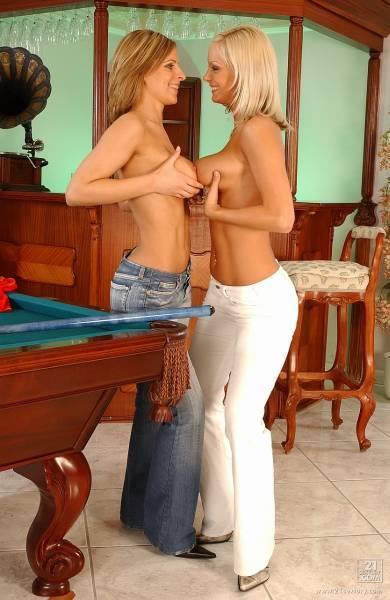 """Дівчата дня на """"Обозі"""", 11 квітня 2005"""