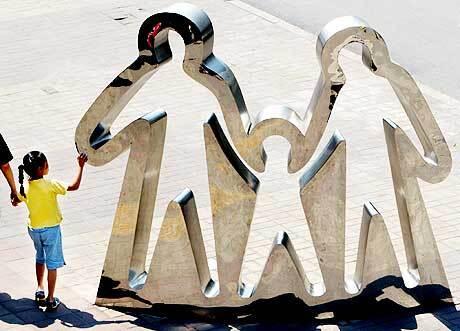 """Современная скульптура в Пекине - символ государственной политики """"Одна семья - один ребенок"""""""
