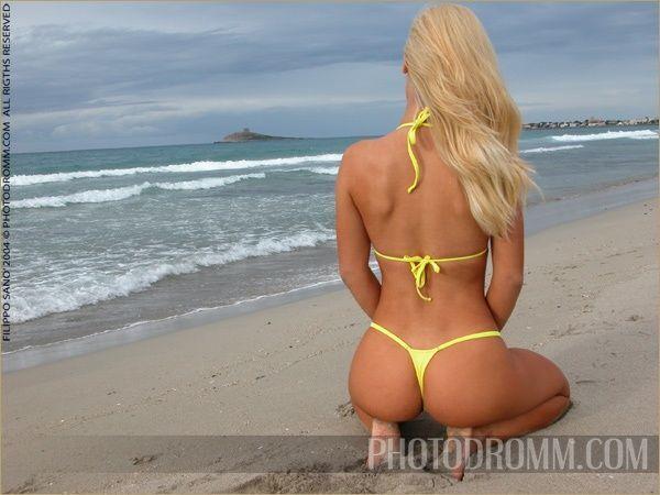 Пляжная девушка дня