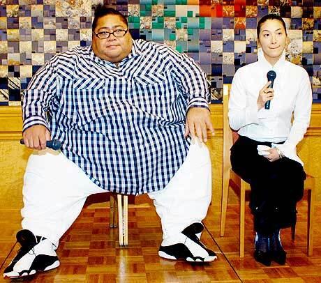 Новини спорту. Японський борець сумо Конішікі одружився на своїй подрузі Чі Ліджіма