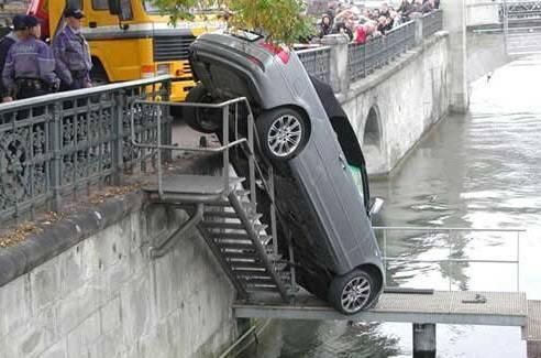 Справжні чоловіки купаються в автомобілях