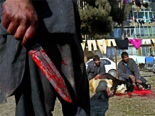 Мужчины с окровавленными ножами на улицах - типичная картина для Курбан-Байрама