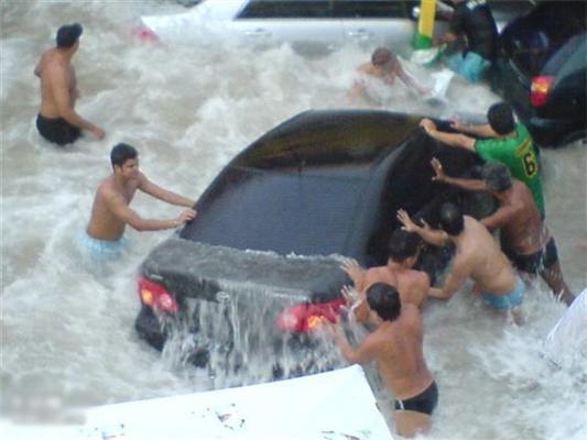Пляжна парковка під час припливу