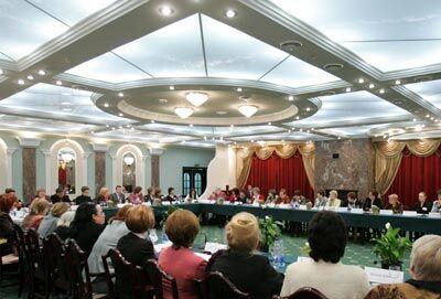 Жінки зібралися за круглим столом