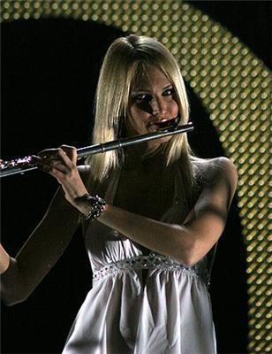 Блондинка играет на флейте