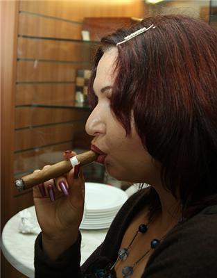 Приклад Моніки Левінські заразний? Дівчина з такою сигарою! ..