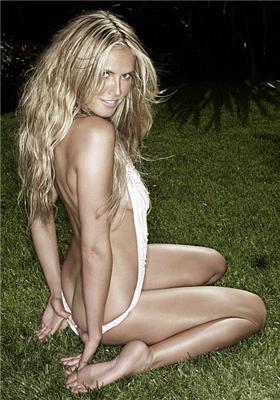 Фотомодель шокує гостей голими сімейними фото