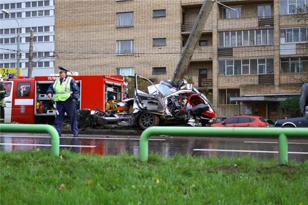 Жесткая авария в Москве. Машина и водитель - всмятку. ФОТО