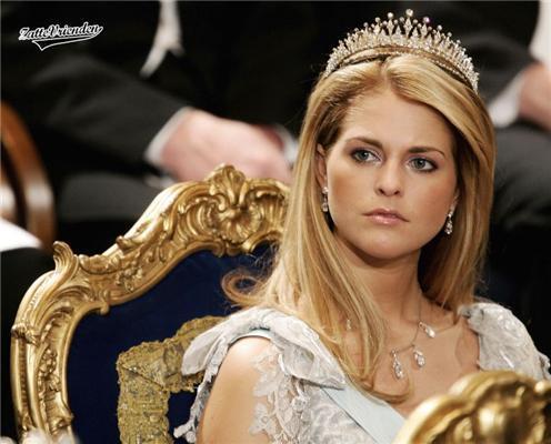 У королеви все королівське. І груди, і декольте. ФОТО