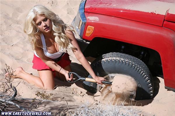 Ці дівки, як і танки - бруду не бояться. ФОТО
