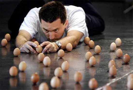 Девушки с яйцами что-то не поделили... Боль ужасная. ФОТО