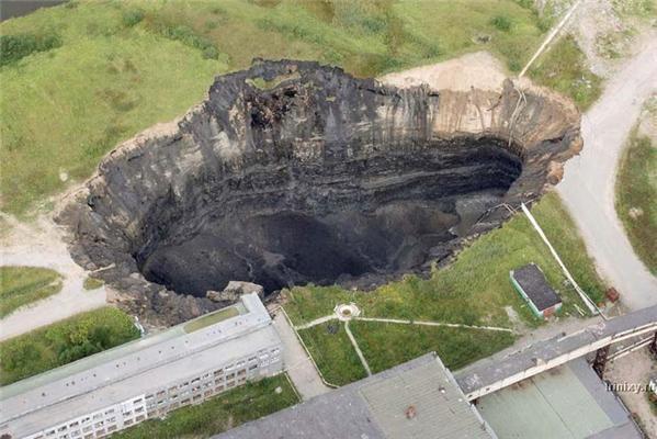 Березняки ушли под землю. Колоссальный провал шахты. ФОТО