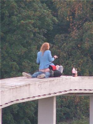 Саме екстремальне місце для сексу - парапет мосту. ФОТО