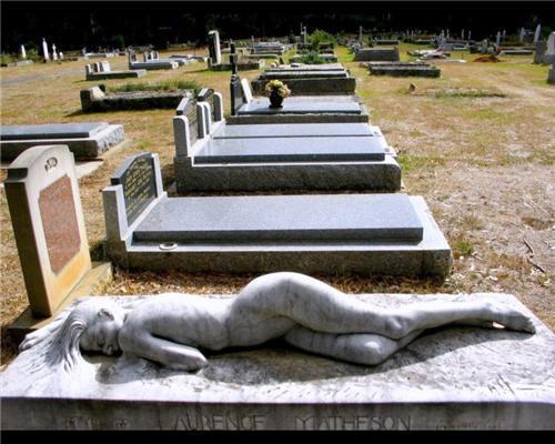 Очень необычное и мистическое надгробье. ФОТО