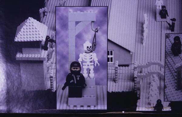 ЛЕГО-концтабір. Випущені іграшки для дітей-садистів? ФОТО