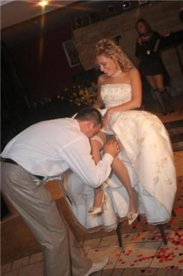 Наречений встигне. Спочатку наречена покаже підв'язки гостям. ФОТО