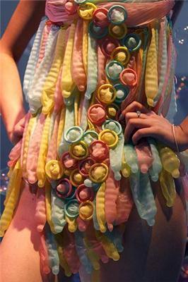 Надеваем презервативы и выходим на подиум. ФОТО из Китая