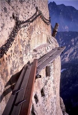 Страшні місця на Землі: Дорога смерті-оступився і хана. ФОТО