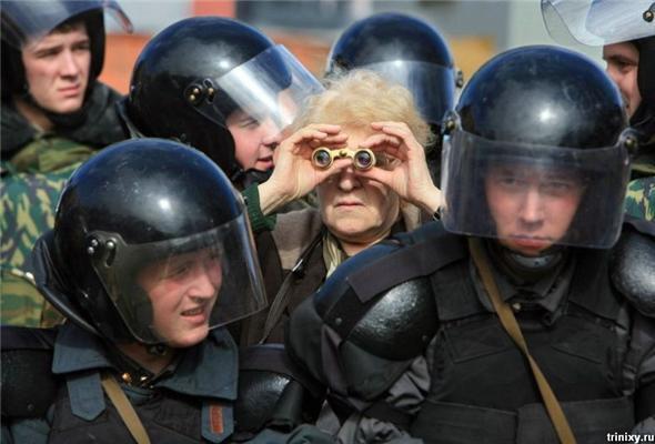 Позитив дня. Путин с бабами и байкерша с шикарным задом.ФОТО