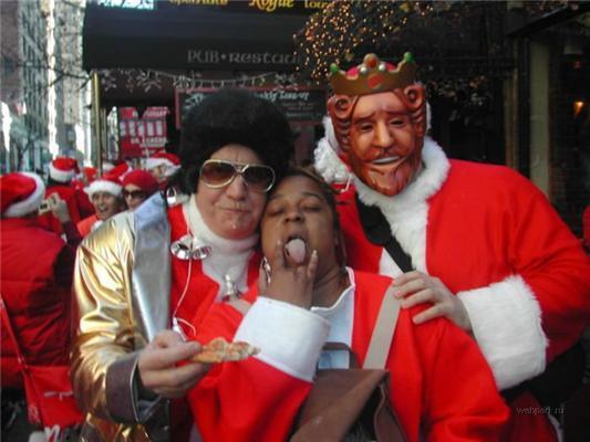 Важко Санта Клаусам-стільки виконати і не накидати. ФОТО