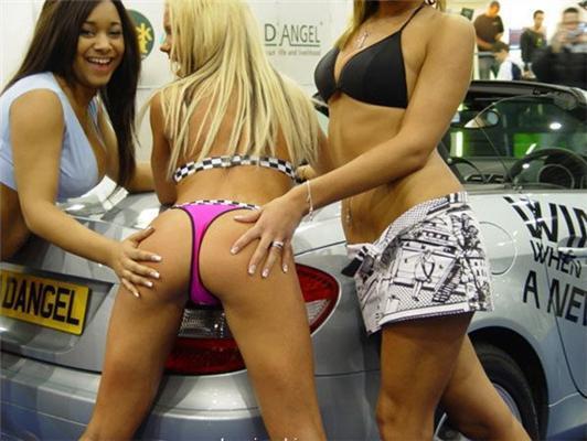 Девушки на автосалонах. Какие фары, какие буфера!.. ФОТО