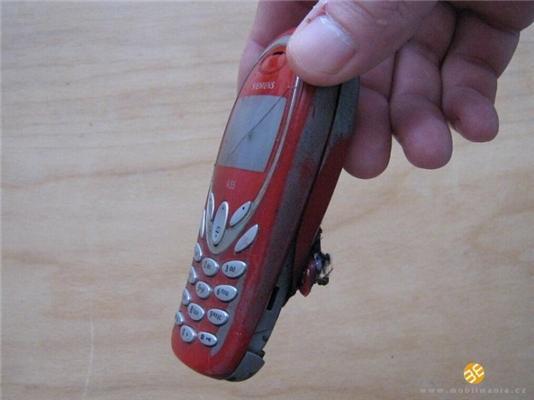 Так вибухають мобільники. Може відірвати пальці. ФОТО