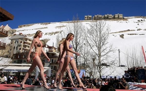 Оголені жінки на снігу. ФОТОРЕПОРТАЖ