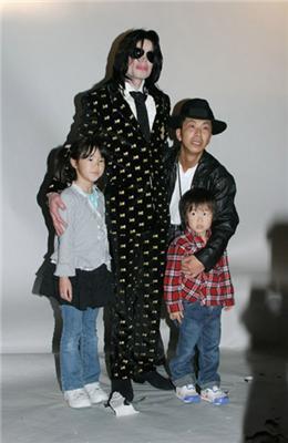 Майкл Джексон за гроші облапал японців
