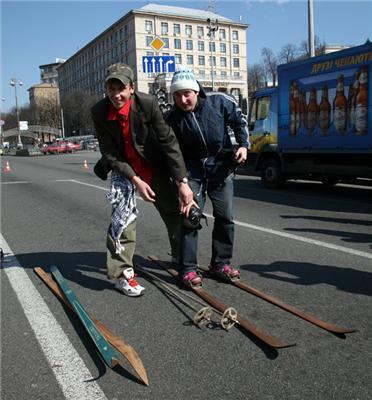 Скрегіт дерева за київським асфальту чути навіть у Мінську!