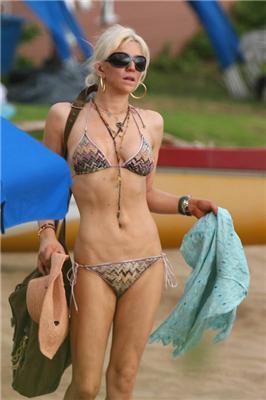 Кортні Лав роздяглася на пляжі і для журналу