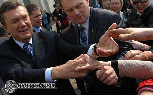 Януковича приняли за Папу Римского и целовали ему руки. ФОТО