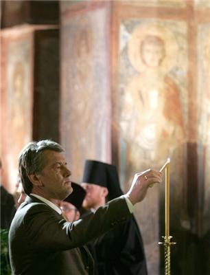 Ющенко всю ніч їздив по п'яти церквах. ФОТО