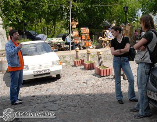 Драка автомобилистов и пешеходов на Андреевском спуске. Фото