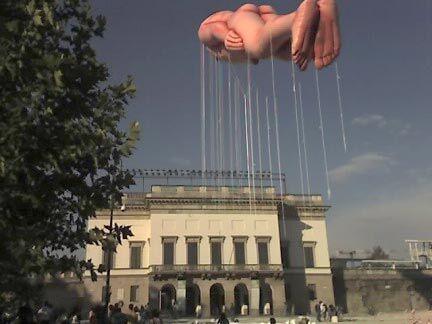 Над Миланом летает голый мужчина (ФОТО)