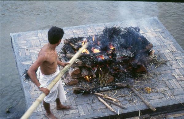 Похоронна церемонія в Індії. ФОТО не для слабкодухих