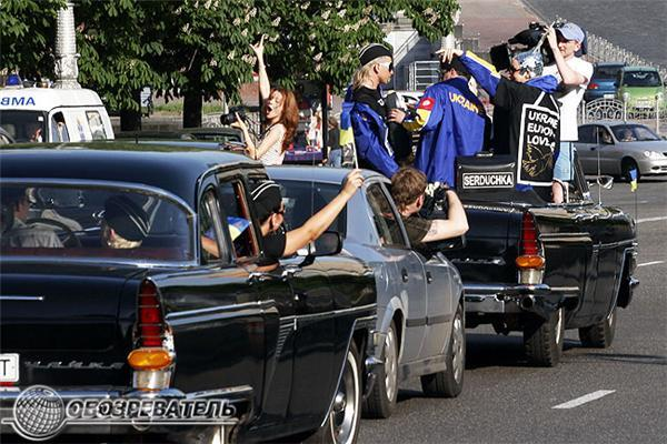 Верка Сердючка с мамой устроили триумфальный проезд по Киеву