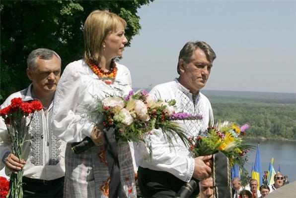 Ющенко с семьей поднялся на Тарасову гору. Фоторепортаж