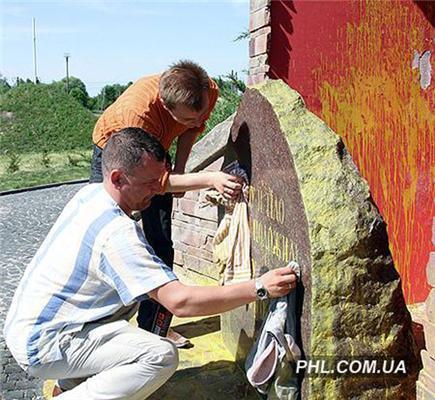 Нашеукраинцы отмыли оскверненный памятник в Крутах. ФОТО