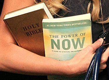 Неужели Пэрис умеет читать? Какая книга в руках? Версии.ФОТО