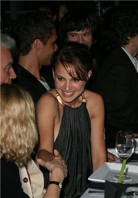 Натали Портман на званом ужине не удержалась -показала грудь