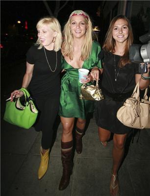 На прогулке Бритни Спирс грубо пихали в зад. ФОТО