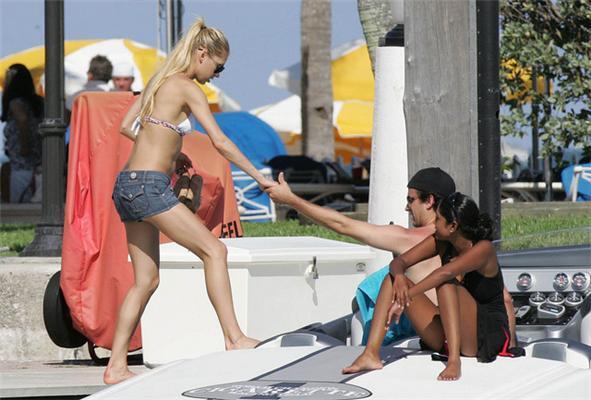 Иглесиас поразвлекался с Курниковой в купальнике. ФОТО